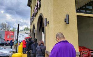 スーパー入場を待つ人の列